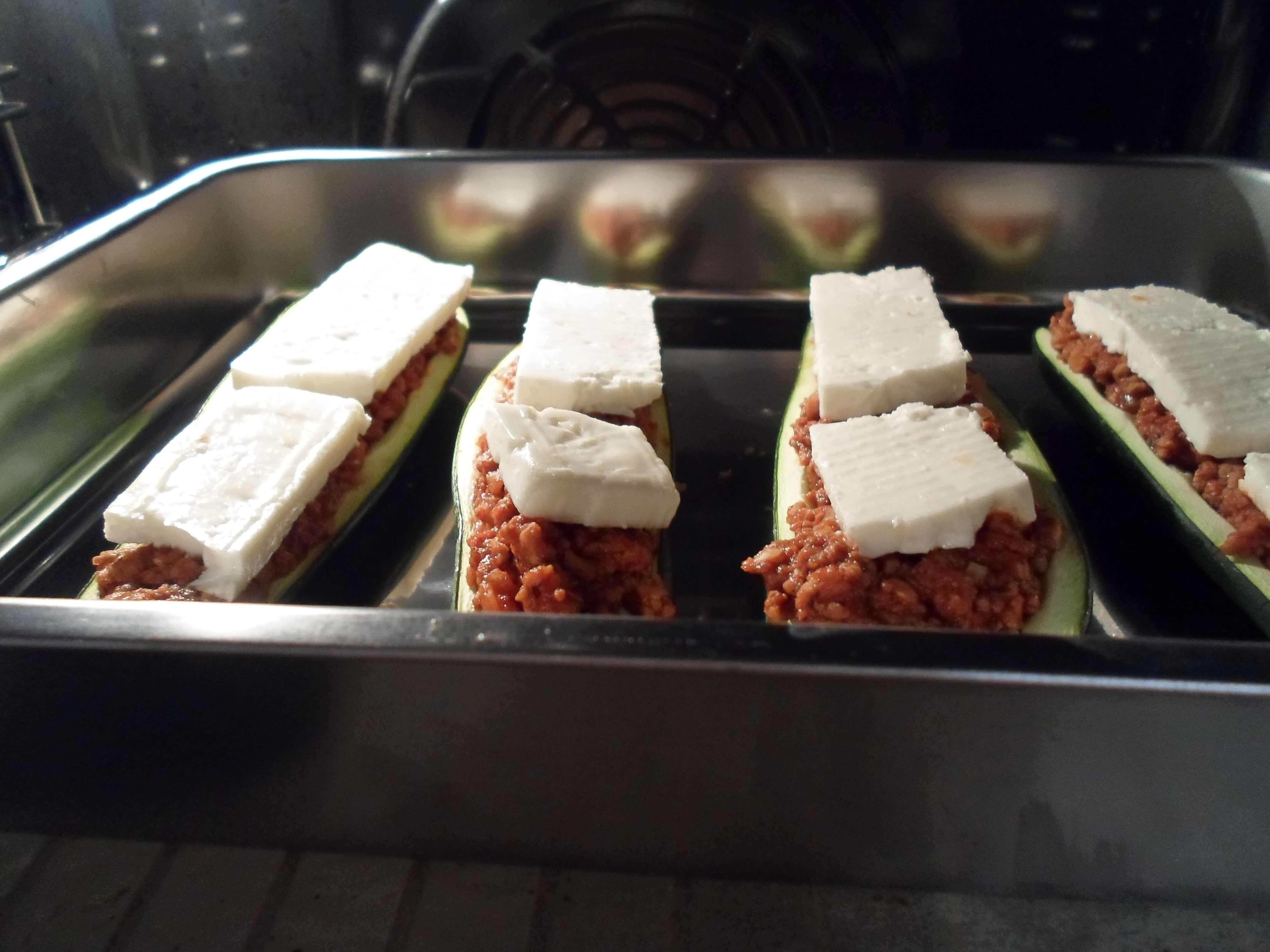 Low Carb gefüllte Zucchini im Backofen mit Feta