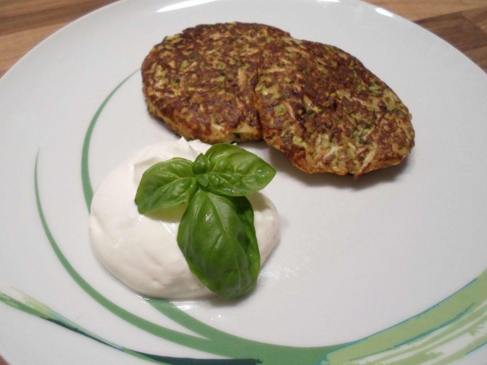 Vegetarisch und kohlenhydratarm: Low Carb Zucchinipuffer mit Knoblauch Dip Rezept