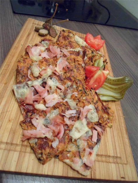 Low Carb Flammkuchen aus Zucchini auf Holzbrett
