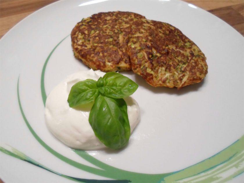 Low Carb Zucchini Puffer mit Dip