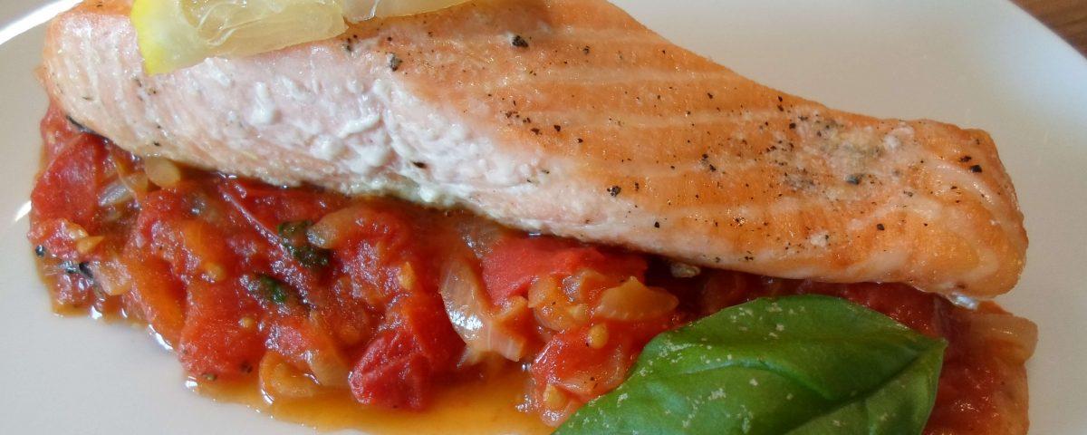 Low Carb Lachs mit geschmorten Tomaten - Tiitelbild