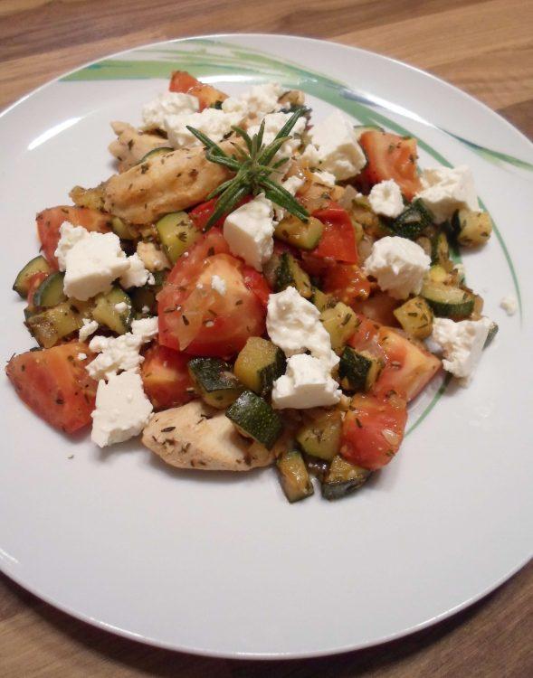 Low Carb Hähnchen Pfanne mit Feta - köstlich & kohlenhydratarm