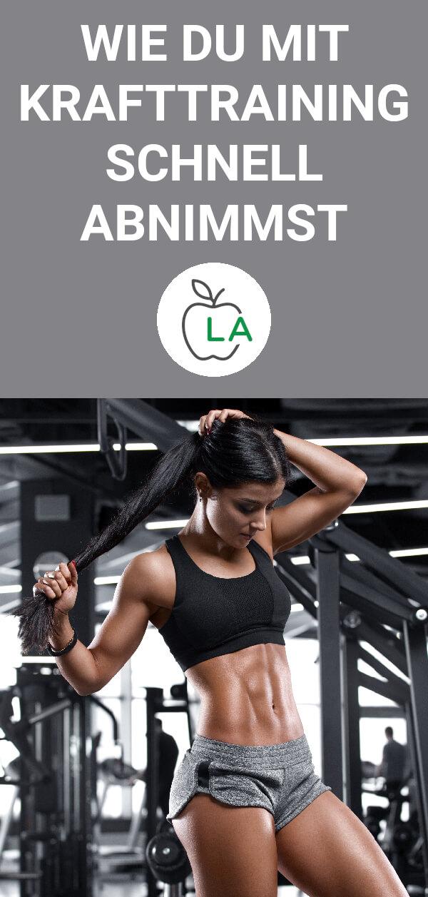 Frau nach dem Krafttraining im Fitnessstudio