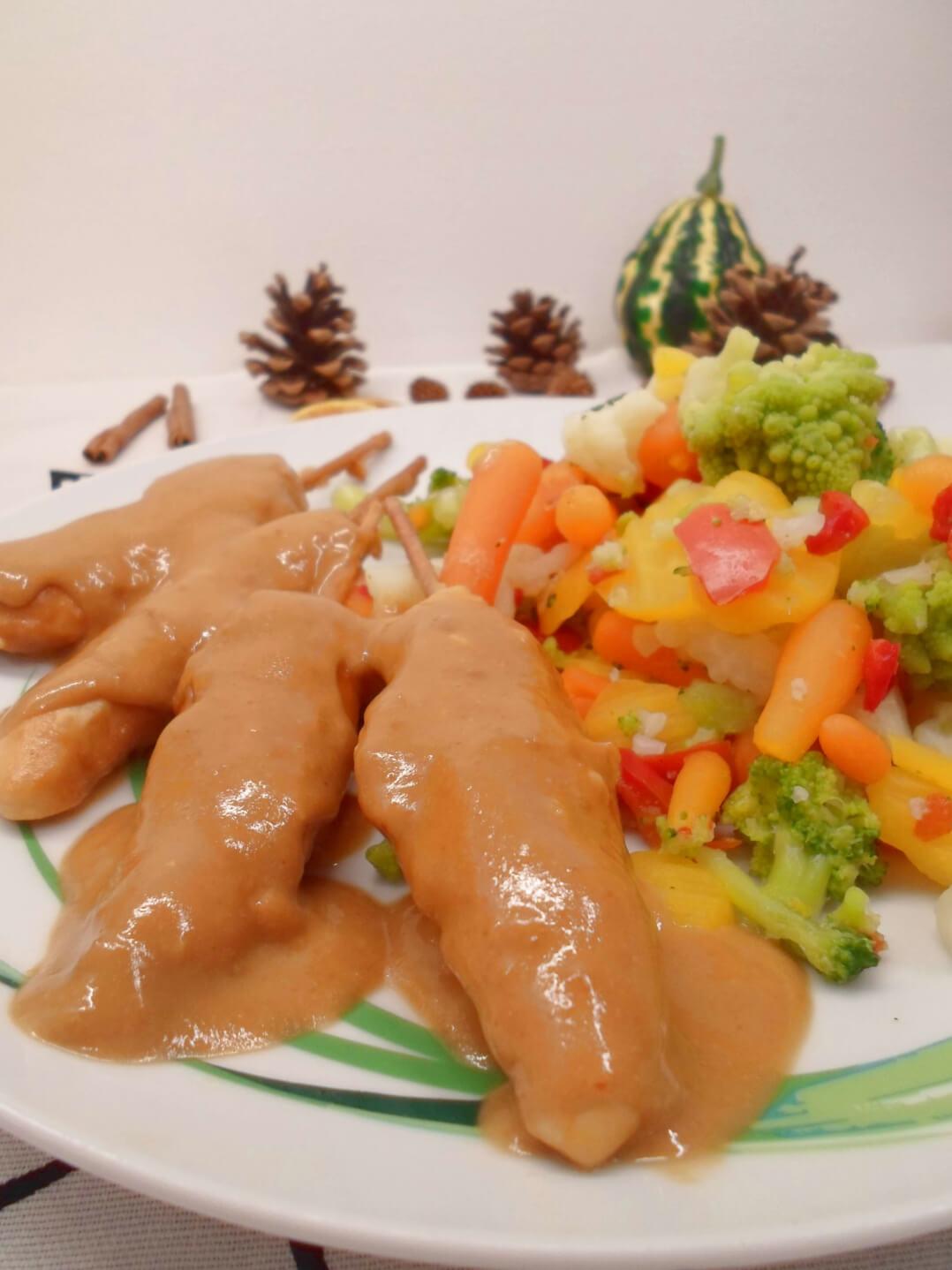 Hähnchenspieße in Erdnusssauce mit Gemüse