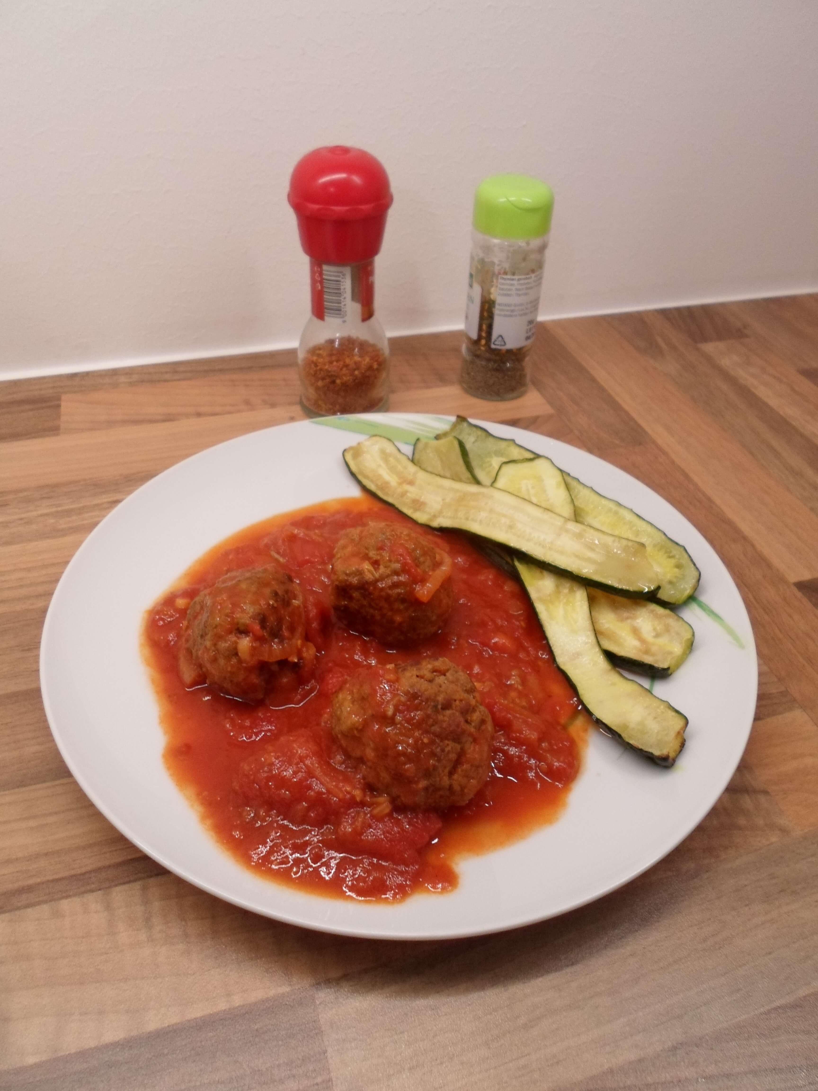 Fleischbällchen mit Tomatensauce Low Carb Rezept kohlenhydratarm