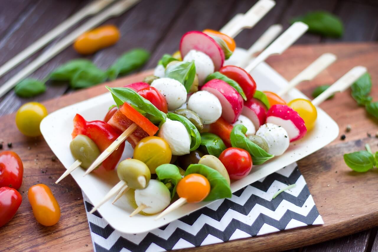 Mozzarella Gemüse Spieße als Beispiel für gesunde Ernährung