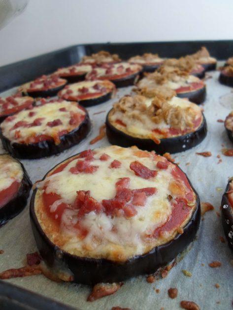 Auberginen Pizza mit Tomaten, Mozzarella und Schinkenwürfel