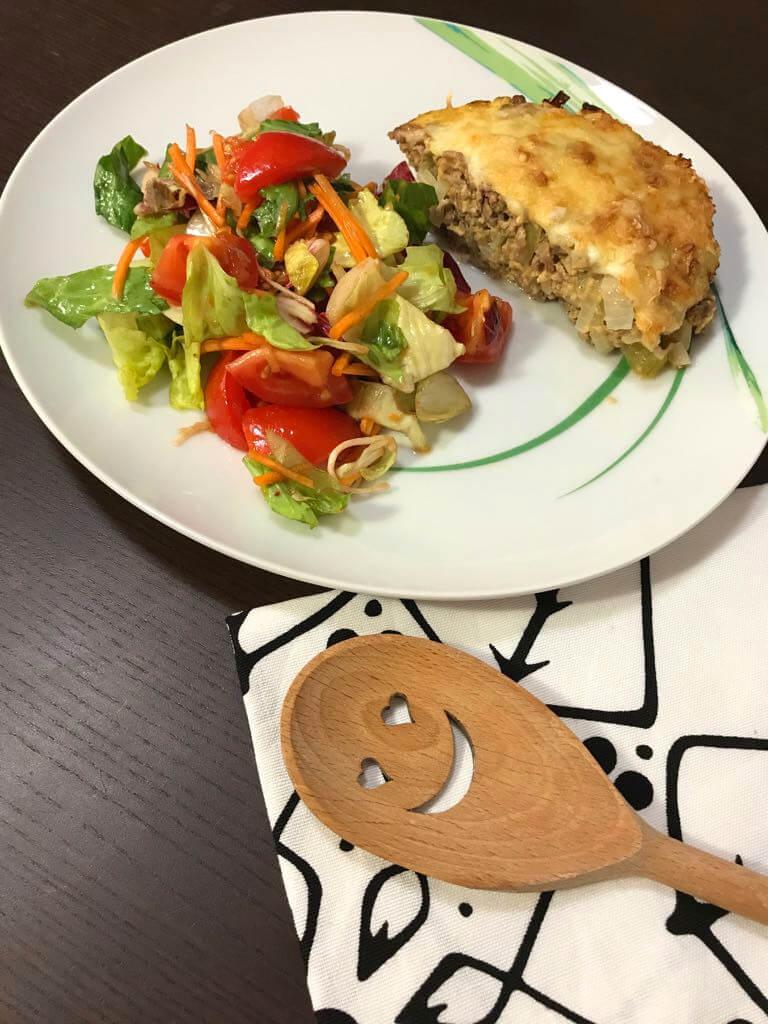 Low Carb Cheeseburger Auflauf mit gemischtem Salat