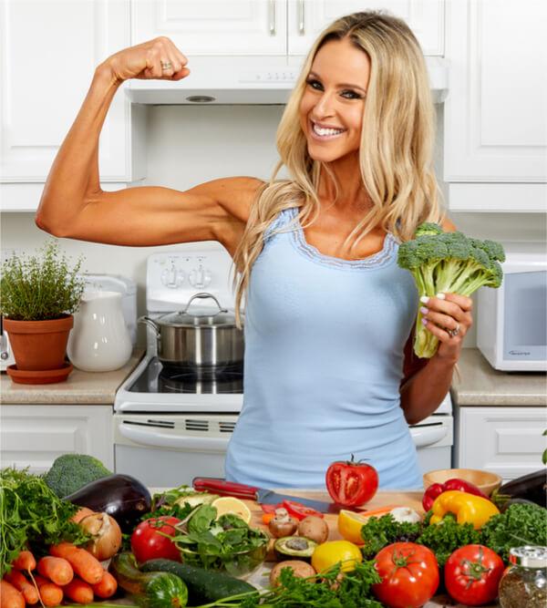 Frau mit Lebensmitteln für den Muskelaufbau