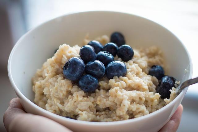 Haferflocken als Porridge mit Heidelbeeren