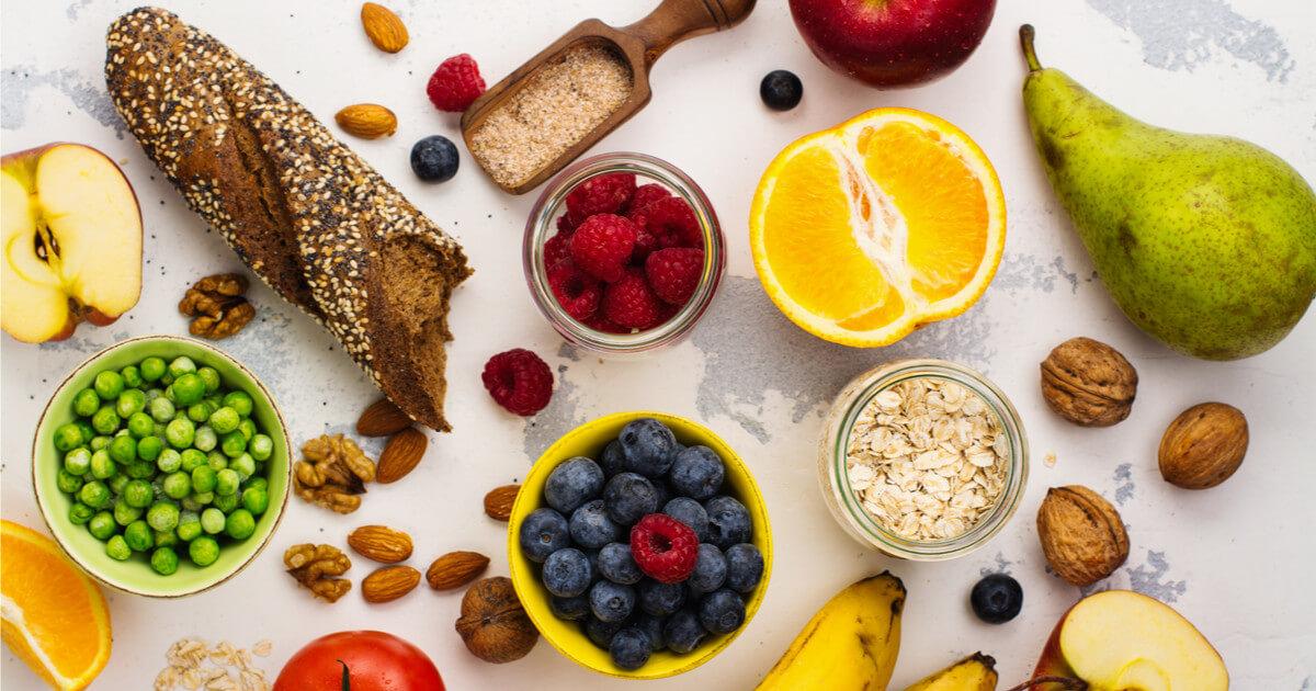 Lebensmittel mit viel Ballaststoffen auf Hintergrund