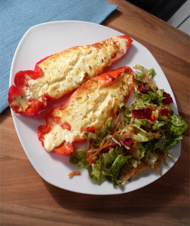 Gefüllte Paprika mit gemischtem Salat (Low Carb)