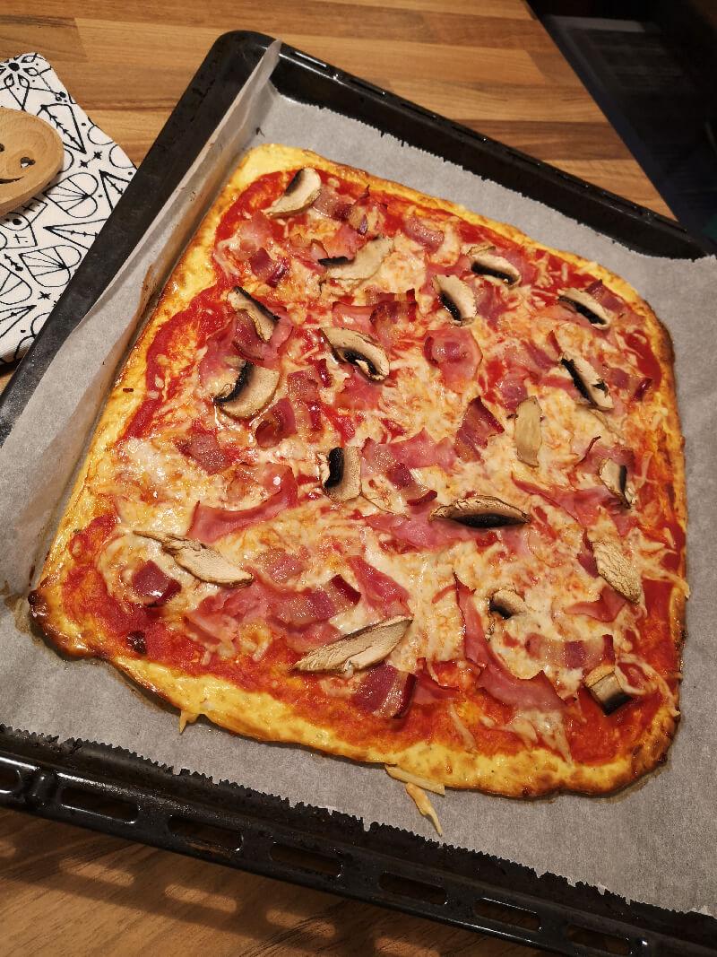 Kohlenhydratarme Pizza mit Schinken, Champignons und Speck
