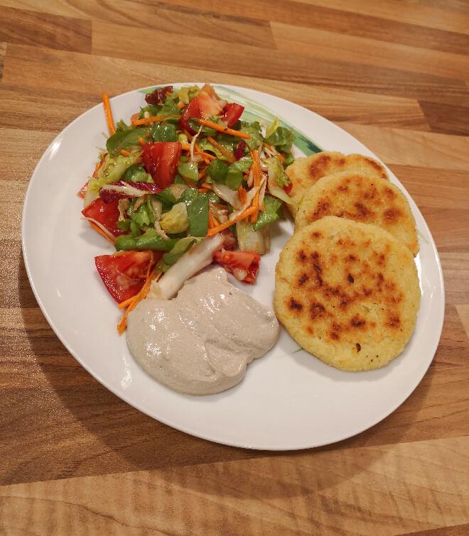Kartoffel Cous Cous Laibchen mit Salat