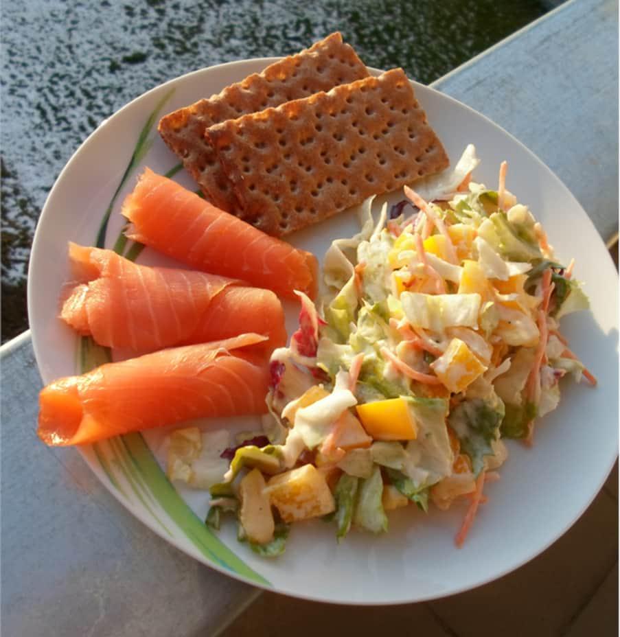 Salat mit Zitronen Joghurt Dressing und Räucherlachs