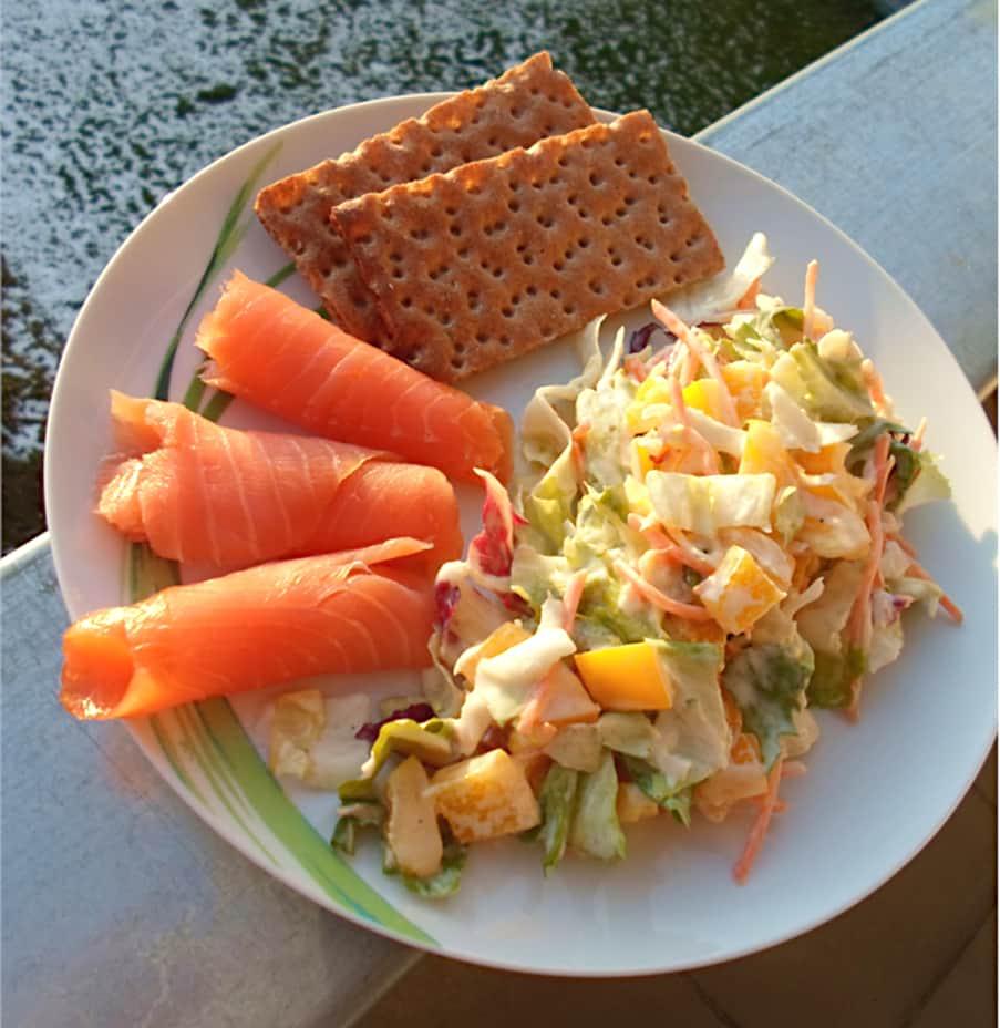 Salat mit Räucherlachs und Zitronen Joghurt Dressing
