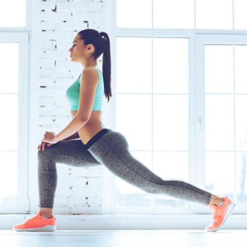 Frau macht Fitness Übungen
