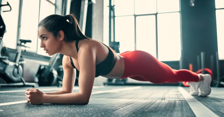 Frau beim Bikini Workout