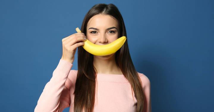 Frau isst Banane für gesunde Ernährung