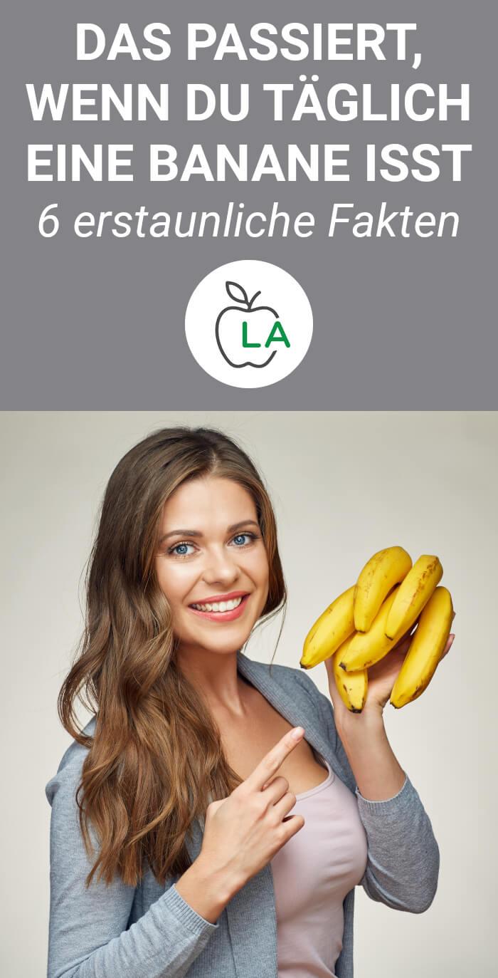 Frau zeigt, dass Banane gesund ist