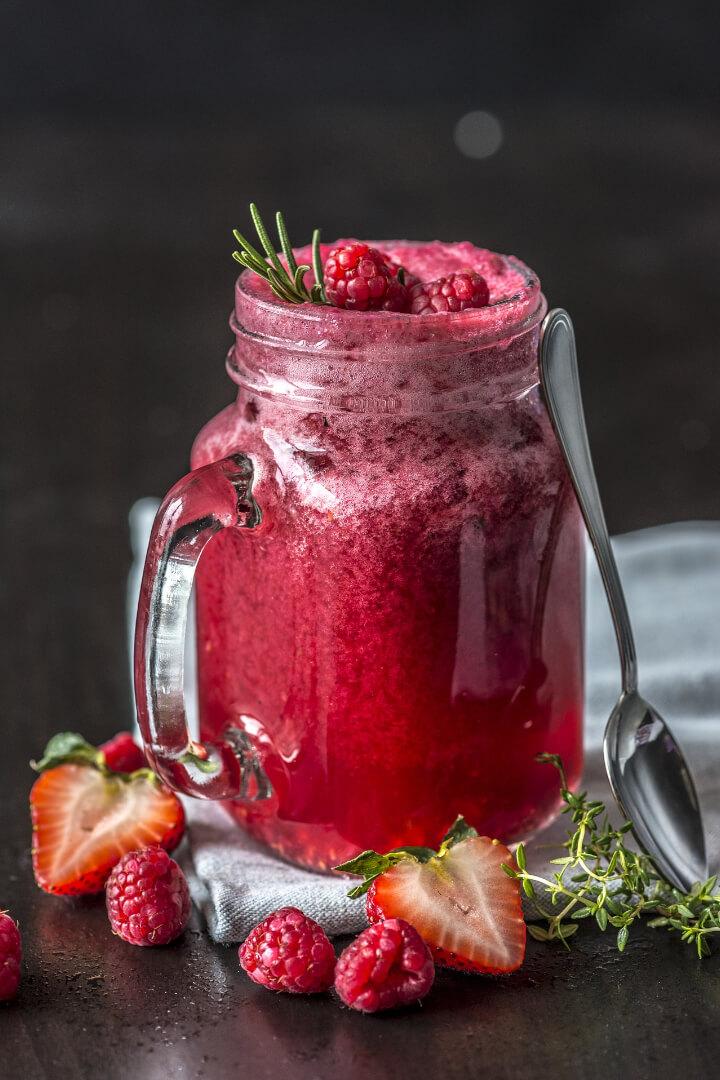 Selbstgemachter Erdbeer Himbeer Eistee ohne Zucker