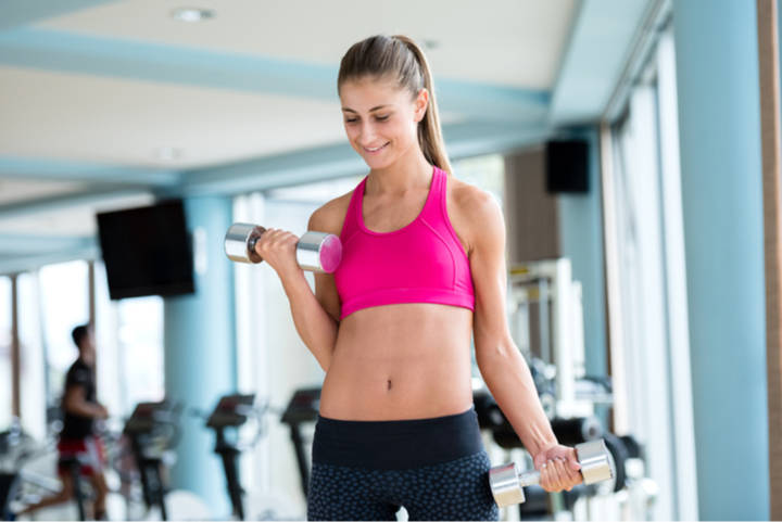 Frau macht Übungen gegen Winkearme