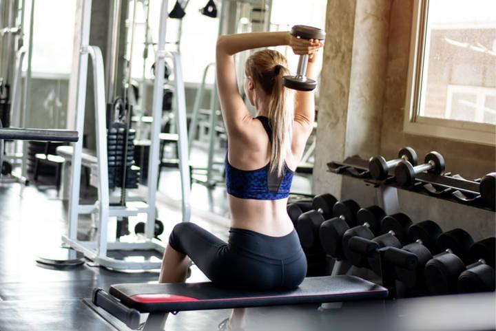 Oberarme straffen durch Trizeps Übungen