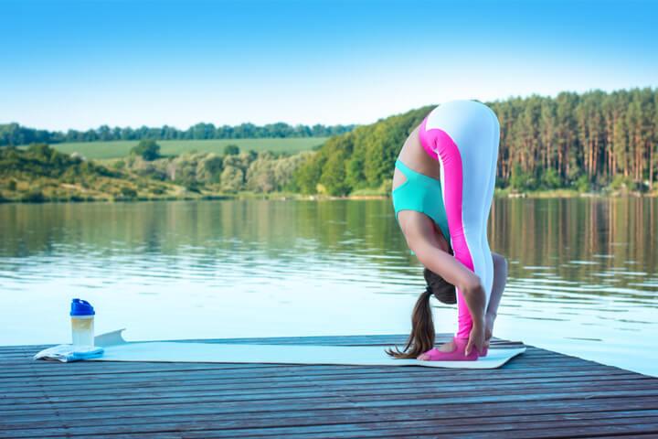 Frau zeigt Yoga Übungen für Anfänger