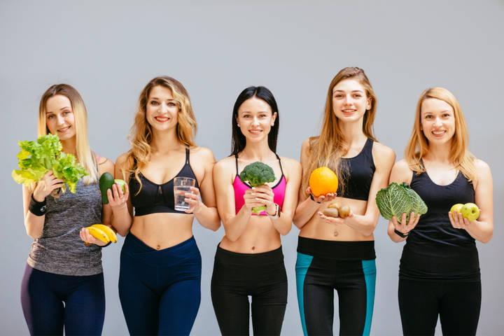 Schlanke Frauen mit gesundem Essen
