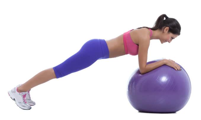 Bauch-Übung mit dem Gymnastikball