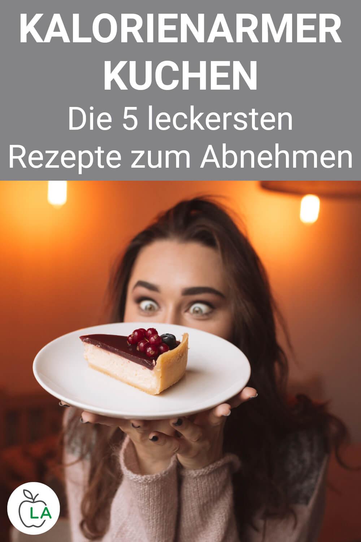 Frau isst kalorienarmen Kuchen
