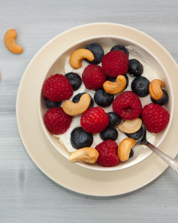 Griechischer Joghurt mit Beeren und Nüssen