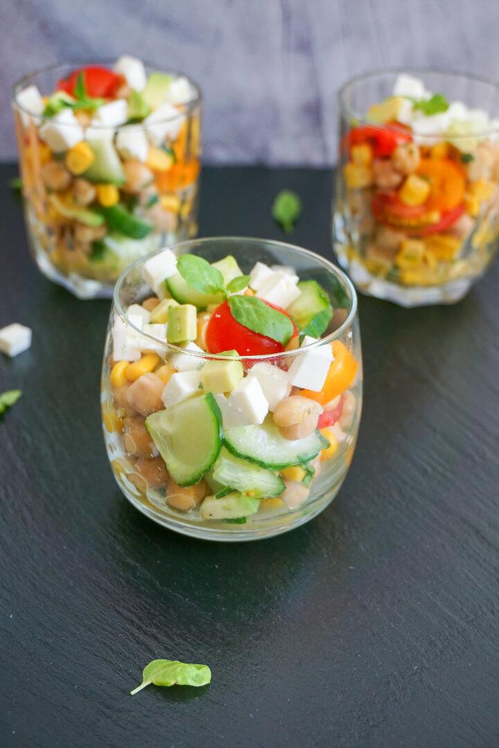 Kalorienarmer Salat mit Kichererbsen und Feta