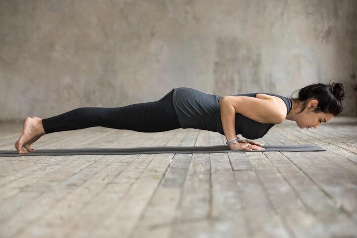 Chaturanga beim Yoga für den Bauch