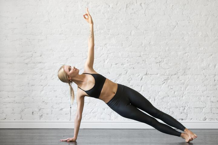 Vasisthasana beim Yoga für die seitlichen Bauchmuskeln