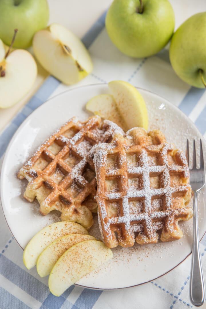Vegane Haferflocken-Waffeln mit Apfelmus
