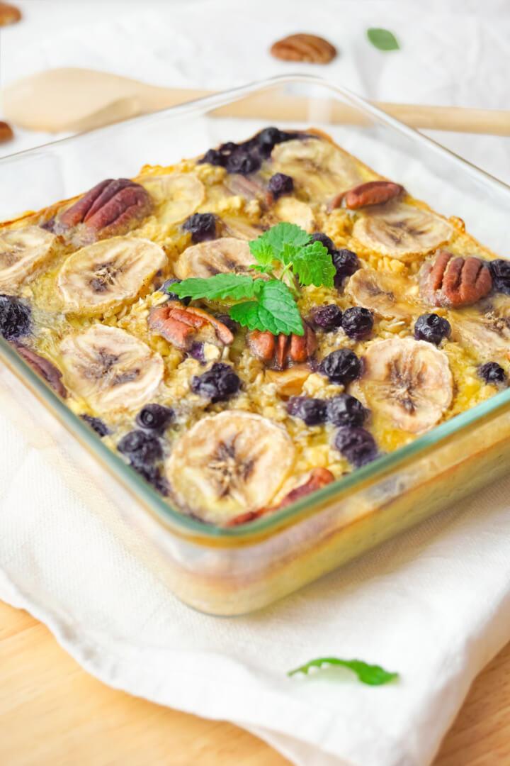 Baked Oatmeal mit Banane, Nüssen und Beeren