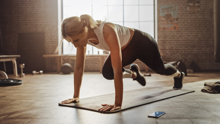 Frau macht Bauchübungen ohne Situps