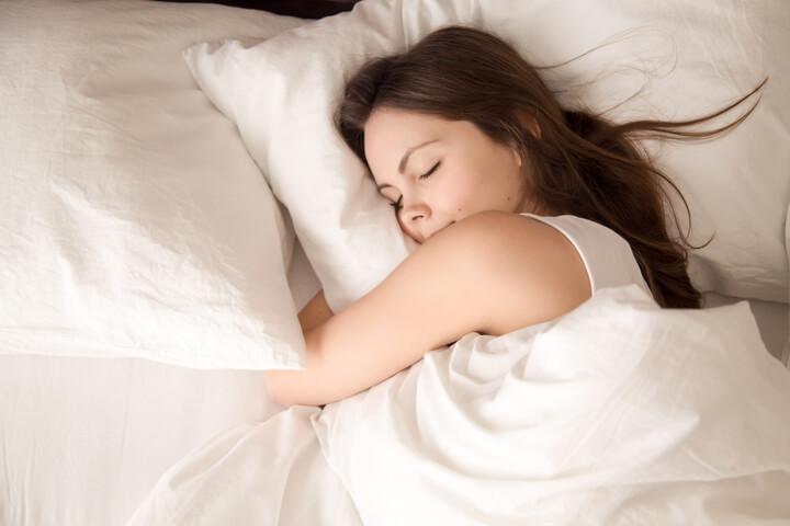 Frau will abnehmen im Schlaf
