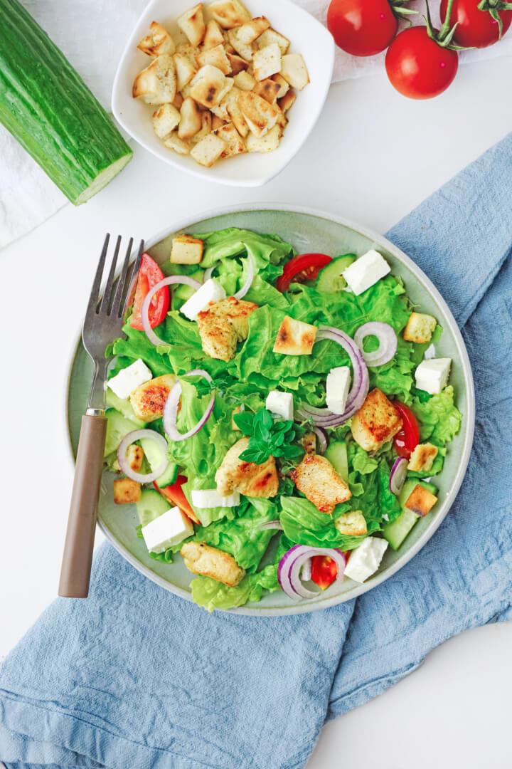 Griechischer Salat mit Hähnchenbrust