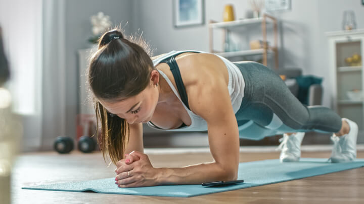 Planks zum Trainieren der Brustmuskeln