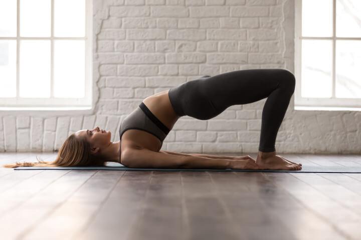 Abnehmen durch Yoga Übung Schulterbrücke