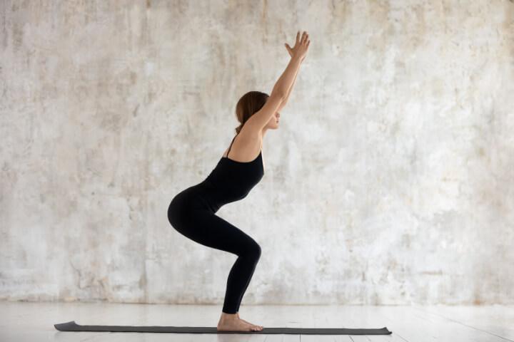 Abnehmen durch Yoga Übung Utkatasana