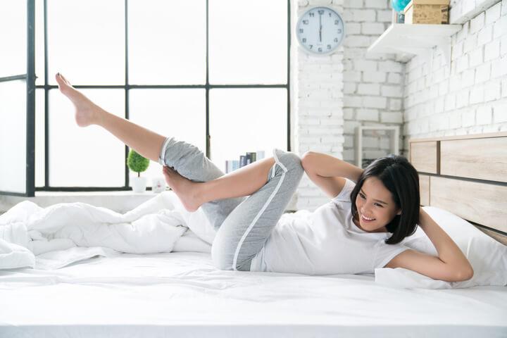 Frau macht Morgen Workout zum Abnehmen