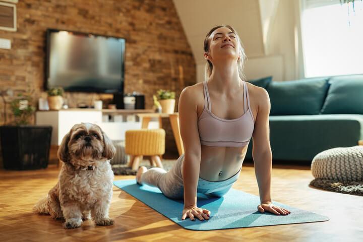 Frau macht täglich Yoga Übungen