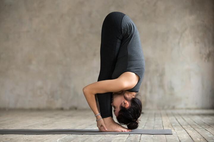 Frau übt täglich Yoga