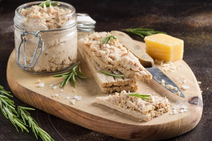 Knäckebrot mit Thunfischcreme als herzhafter Snack