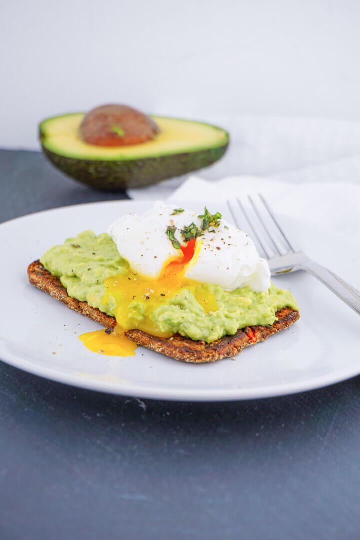 Low Carb Frühstücks Sandwich mit Avocado