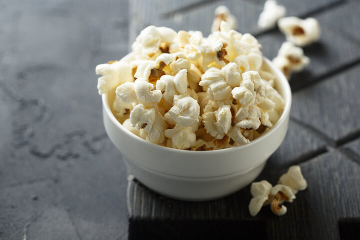Selbstgemachtes Popcorn als Snack gegen Bauchfett