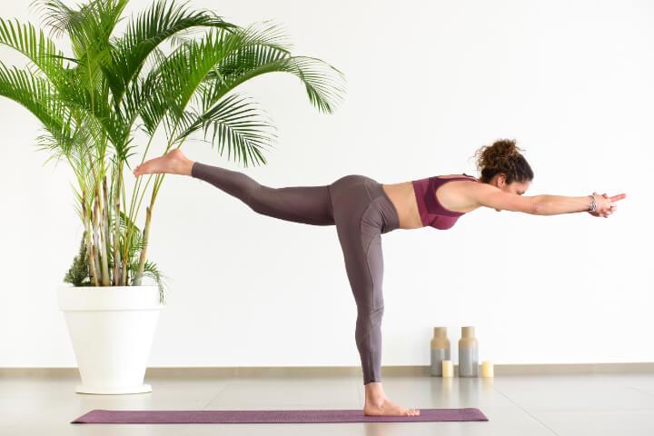 Virabhadrasana 3 fürs Yoga zum Abnehmen